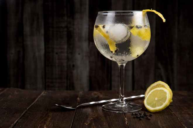 gin and tonic dark background by Toni Cuenca via Pexels.com